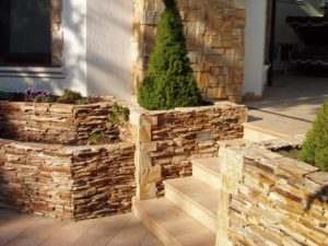 Textured facing with natural stone